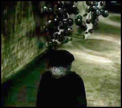 ONE OK ROCK【Deeper Deeper】のPV意味!黒い玉と少年の正体は?黒い鉄の玉 背後